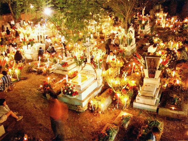 La celebración del Día de Muertos en el panteón.