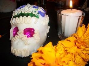 Altar utilizando la flor cempasúchil.